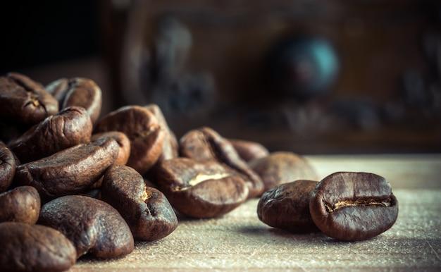 Grãos de café torrados em uma mesa closeup