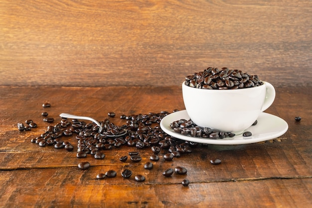 Grãos de café torrados em uma xícara