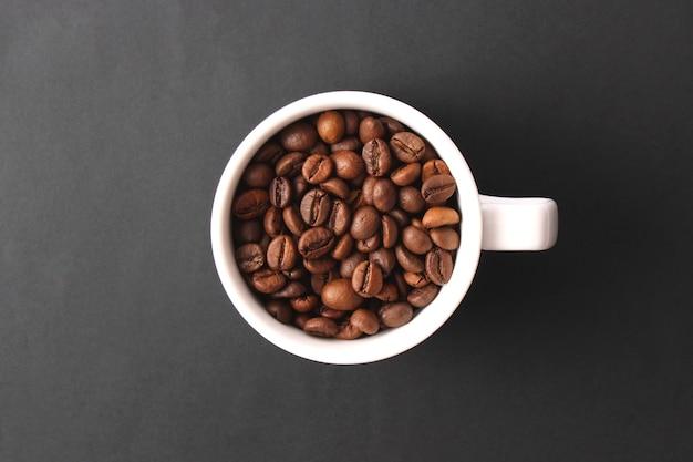 Grãos de café torrados fecham os grãos de café aromáticos Foto Premium