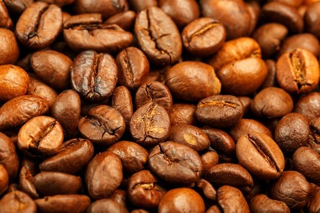 Grãos de café torrados frescos e aromáticos