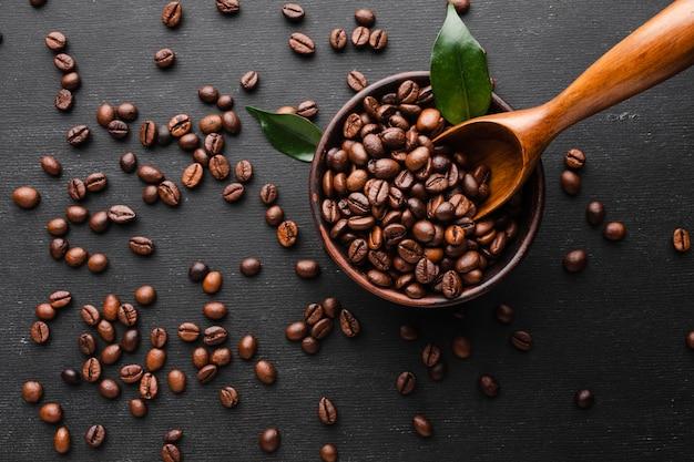 Grãos de café torrados frescos na mesa