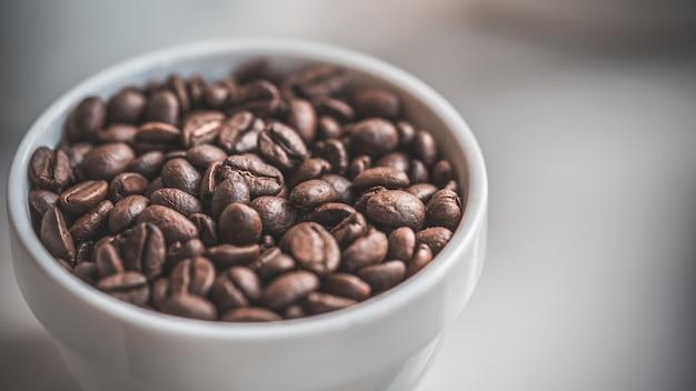 Grãos de café torrados frescos