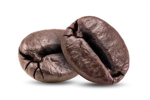 Grãos de café torrados, isolados no branco