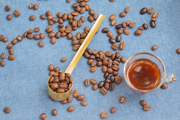 Grãos de café torrados macios sobre uma mesa