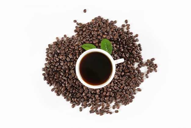 Grãos de café torrados marrons e xícara de café