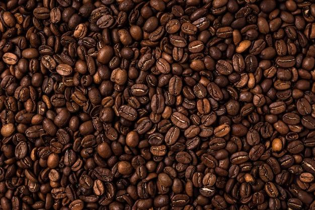 Grãos de café torrados na mesa