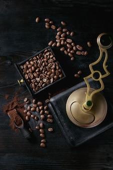 Grãos de café torrados sobre preto
