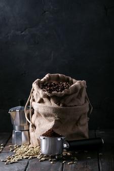 Grãos de café verde e torrado
