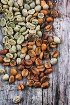 Grãos de café verdes e marrons