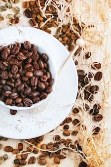Grãos de café verdes, marrons e pretos