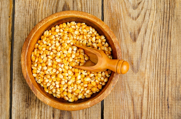 Grãos de milho secos em uma tigela para fazer pipoca