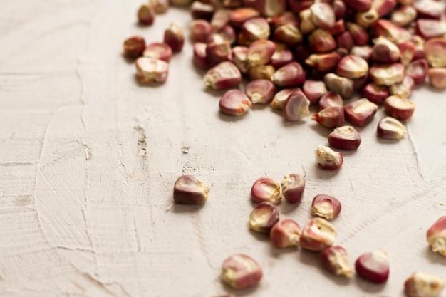 Grãos de milho vermelho close-up na mesa
