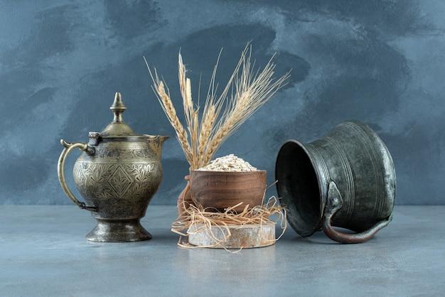 Grãos de muesli em um copo de madeira com fundo azul. foto de alta qualidade