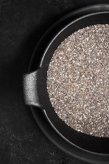 Grãos de sementes de chia na tigela