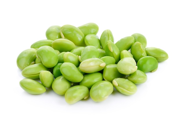Grãos de soja verdes isolados no branco
