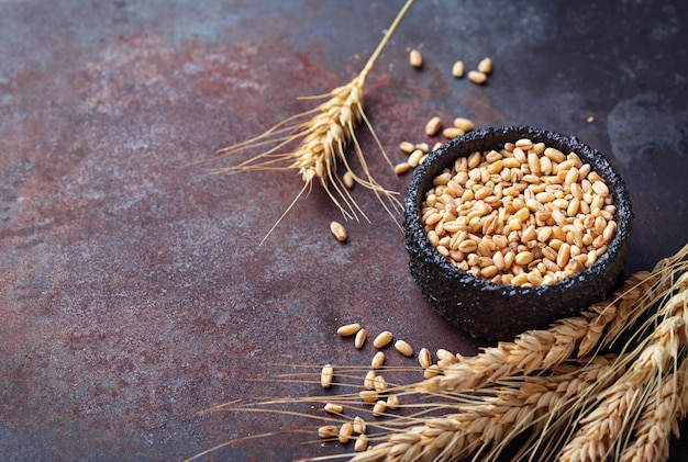 Grãos de trigo e espigas no fundo enferrujado
