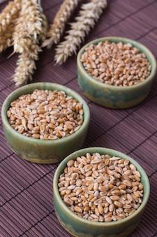 Grãos de trigo em caixa verde