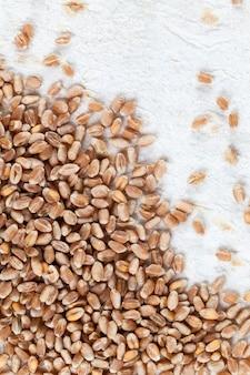 Grãos de trigo empilhados em lavash de trigo