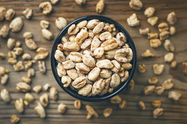 Grãos de trigo na tigela e pipoca de trigo na tigela, semente de trigo rústica