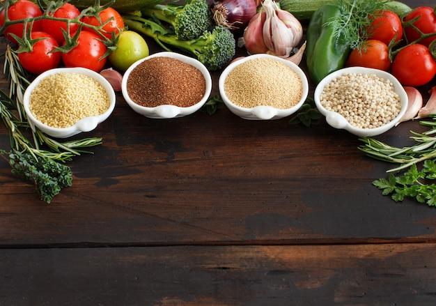 Grãos e vegetais sem glúten - amaranto, grão de sorgo, teff e painço