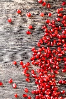 Grãos maduros e deliciosos de romã vermelha comum