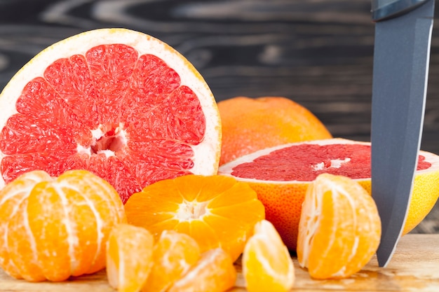 Grapefruit azedo perfumado em fatias deliciosas e tangerinas de laranja