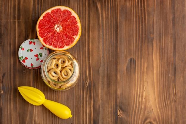 Grapefruit e biscoitos na mesa marrom
