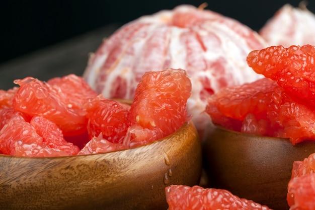Grapefruit madura azeda descascada e dividida