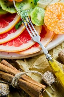 Grapefruit, tangerina, kiwi, laranja, banana, maçã.