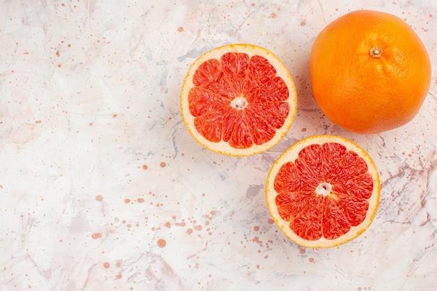 Grapefruits de toranja cortada de cima em um espaço livre de superfície nua