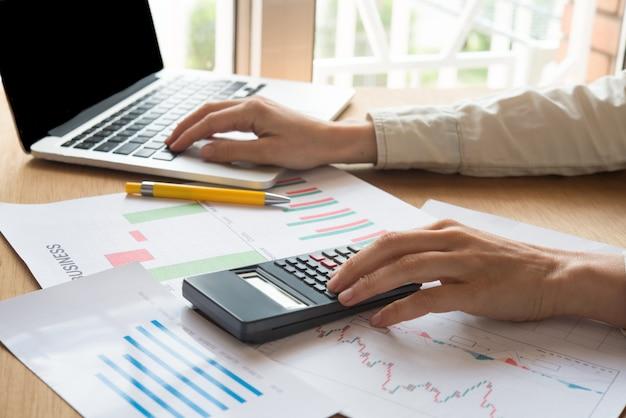 Grapic designer e computador durante o processo de trabalho no escritório