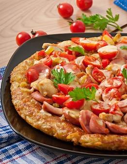 Gratinado de batata - pizza com linguiça, cogumelos e tomates