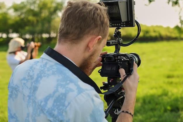 Gravação de cinegrafista profissional com um decodificador de câmera de vídeo profissional e transmissão.