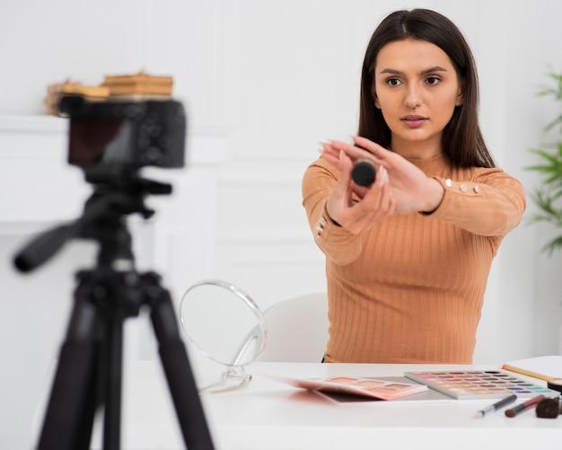 Gravação de mulher bonita para um vlog