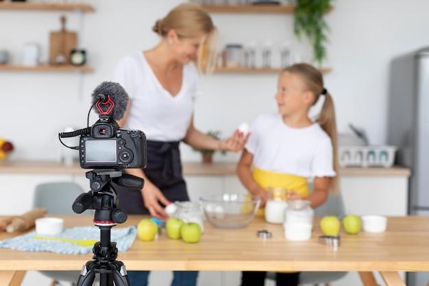 Gravação de mulher e menina desfocada em foto média