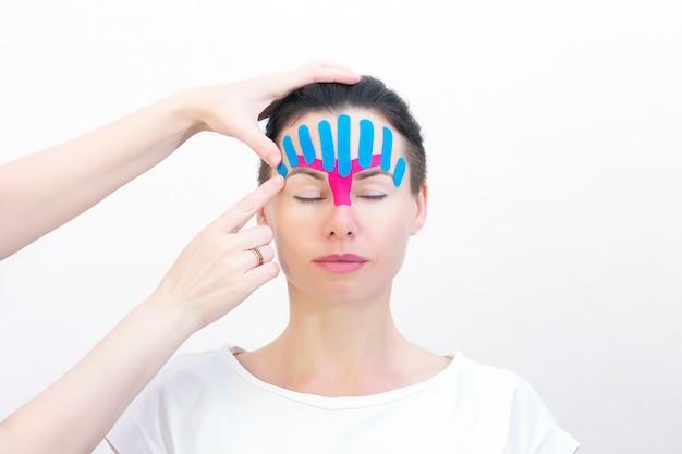 Gravação de rosto, close-up de um rosto de meninas com fita cosmetológica anti-rugas. gravação estética de rosto.