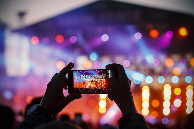 Gravação de vídeo e foto do show pelo smartphone. música colorida.