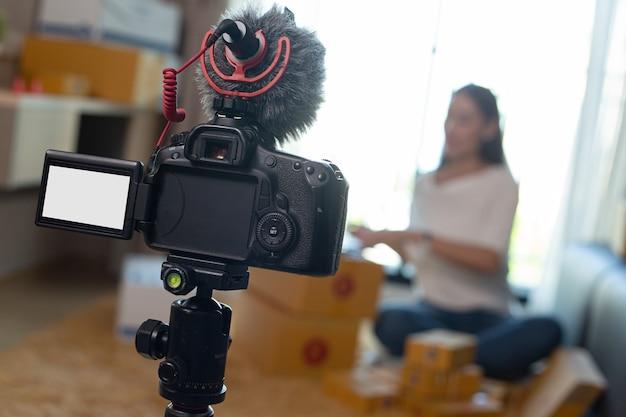 Gravação de vlog para entrevista de vídeo ao vivo em seu canal.