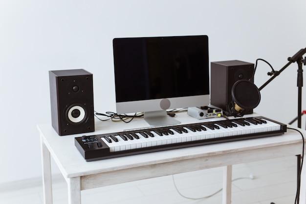 Gravação digital com teclado sintetizador e estúdio de gravação de música doméstica de guitarras
