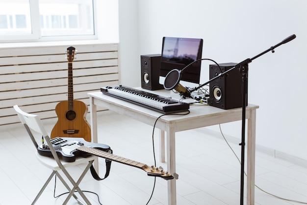 Gravação digital de teclado sintetizador e guitarras, conceito de estúdio de gravação de música doméstica. lazer e