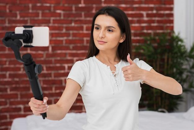 Gravação feminina jovem ao vivo em casa