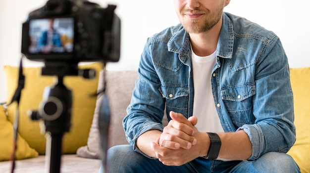 Gravação masculina adulta para blog pessoal em casa