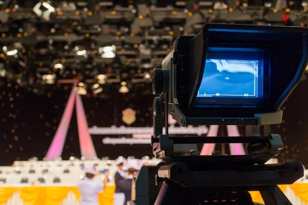 Gravação na filmadora de estúdio de televisão na conferência.