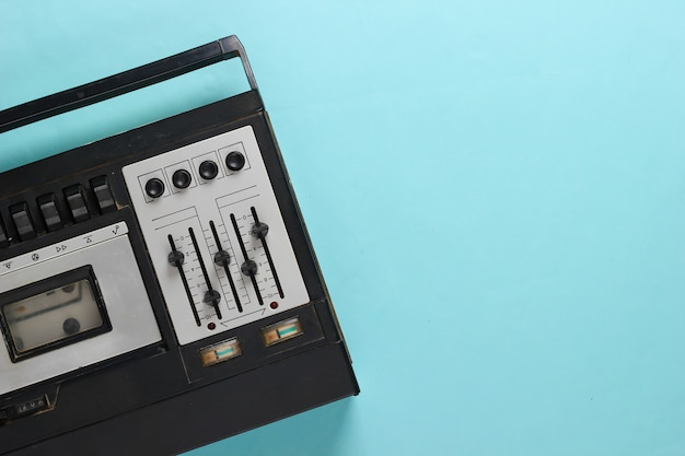 Gravador de fita de áudio retrô. mídia retro em azul