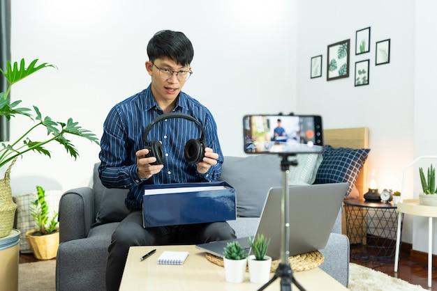 Gravador de influenciador de mídia social com um smartphone