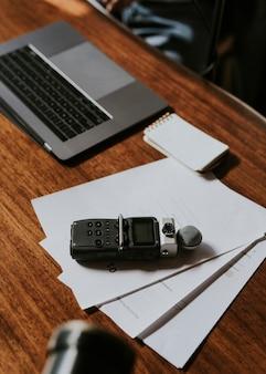 Gravador de som portátil de jornalista em white papers