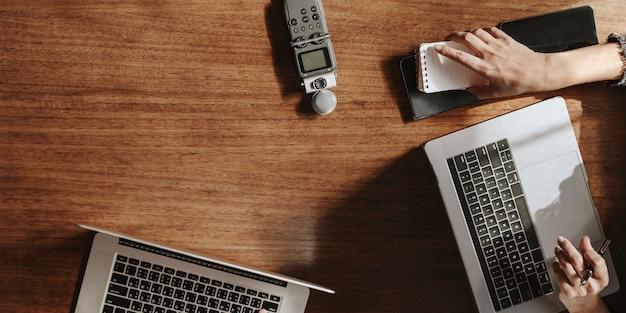 Gravador de som portátil em mesa de madeira