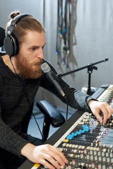 Gravador de som profissional em estúdio