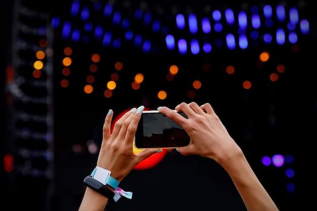 Gravando concerto de música ao ar livre em um telefone celular