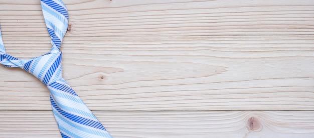 Gravata azul em madeira
